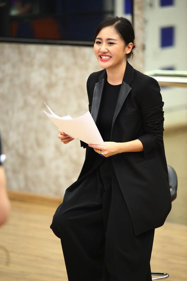 Xuất hiện ở nhà chung, nữ ca sĩ đã giúp các học viên vỡ bài và đưa ra góp ý về chuyên môn cho từng phần trình diễn.