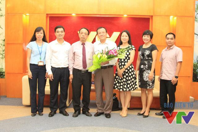 Nhà báo Nguyễn Văn Vinh chụp ảnh lưu niệm cùng các cán bộ Trung tâm Tư liệu
