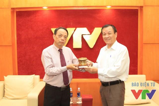 Giám đốc Trung tâm Tư liệu Nguyễn Văn Xuyên tăng kỷ vật trống đồng cho nhà báo kỳ cựu Nguyễn Văn Vinh