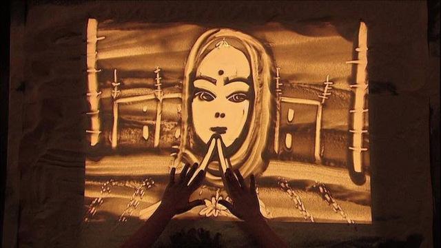 Phần thi vẽ tranh trên cát đã khiến các giám khảo và khán giả xúc động