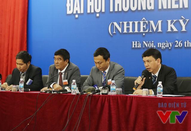Tham dự buổi họp báo có sự tham gia của 4 lãnh đạo VFF (từ phải qua trái) gồm Tổng Thư ký Lê Hoài Anh, Phó Chủ tịch Trần Quốc Tuấn, Phó Chủ tịch Nguyễn Xuân Gụ và Phó Tổng thư ký Dương Nghiệp Khôi