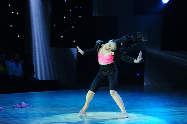 Vi Khanh cá tính trong màn diễn Dancesport kết hợp nhảy hiện đại.