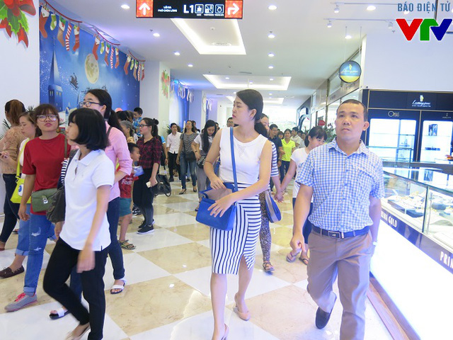 Ngay trong ngày đầu tiên khai trương Vincom Nguyễn Chí Thanh đã thu hút hàng nghìn lượt người tham qua và mua sắm