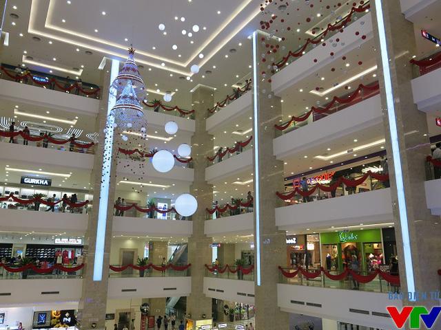 Vincom Nguyễn Chí Thanh được thiết kế hiện tại với 6 tầng nổi và 4 tầng hầm