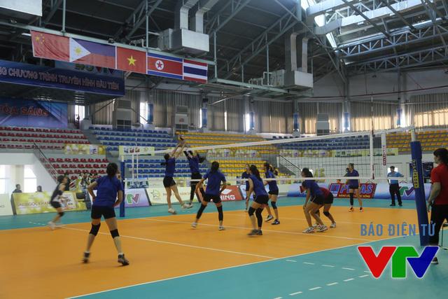 ĐT nữ Việt Nam được chia thành 2 đội đấu đối kháng.