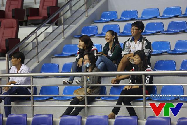 Khán giả trẻ hâm mộ bóng chuyền có mặt trên khán đài theo dõi ĐT bóng chuyền nữ Việt Nam tập.
