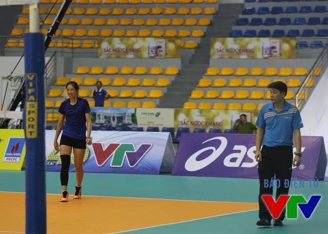 HLV Thái Thanh Tùng theo sát buổi tập luyện để nhanh chóng chỉnh các lỗi mà học trò mắc phải.