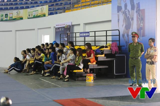 Buổi tập của các cô gái bóng chuyền thu hút khá đông CĐV ở tỉnh Bạc Liêu tới xem và cổ vũ.