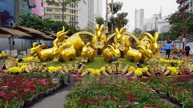 Kết thúc đường hoa là đàn dê vàng với ý nghĩa mang lại may mắn cho mọi người trong năm mới. (Ảnh: Vietnam+)
