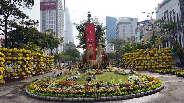 Mở đầu đường hoa là đại cảnh gia đình dê lấy cảm hứng từ hình tượng chú dê núi Ninh Bình. (Ảnh: Vietnam+)