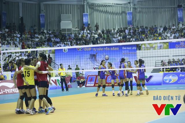 ĐT bóng chuyền nữ Việt Nam tạm thời vươn lên đứng trong top dẫn đầu sau lượt trận đầu tiên tại VTV Cup 2015.