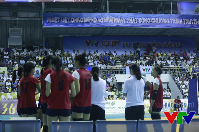 ĐT bóng chuyền nữ Việt Nam nhanh chóng xốc lại đội hình để tiếp tục thi đấu hay trong set 3.