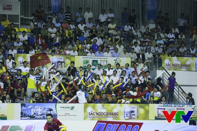 CÁc khán giả trên khán đài nhà thi đấu đa năng tỉnh Bạc Liêu cổ vũ hết sức nhiệt tình cho các nữ tuyển thủ bóng chuyền hai đội.