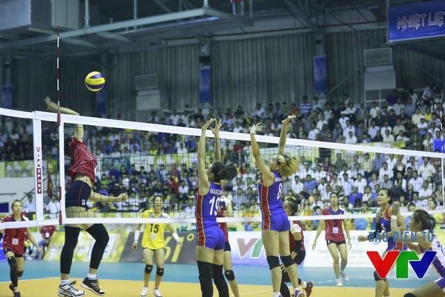 Trong set 2, có thời điểm ĐT bóng chuyền nữ Philippines còn vươn lên dẫn trước.