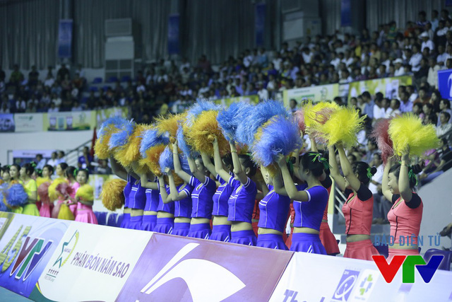 Đội cổ vũ hò reo suốt trận theo các pha bóng hay của VĐV hai đội.