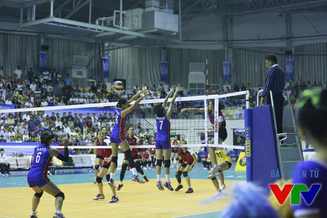 ĐT bóng chuyền nữ Philippines có những lúc thi đấu chắc chắn và gây ra đôi chút khó khăn cho đội chủ nhà.