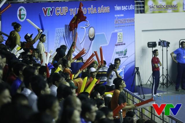 Khán giả ở NTĐ đa năng tỉnh Bạc Liêu đã có những phút giây bùng nổ, sôi động.