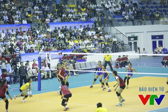 Với lợi thế chủ nhà, ĐT bóng chuyền nữ Việt Nam nhanh chóng làm chủ cuộc chơi.