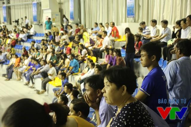 Khán giả hồi hộp theo dõi các tình huống trên sân.