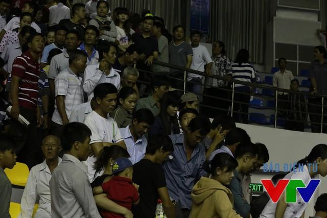 Khá đông CĐV ra về sau khi trận đấu khép lại