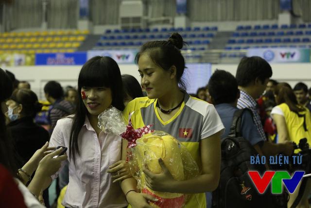 Nhưng dù thế nào, người hâm mộ vẫn luôn ủng hộ và dành tình cảm đặc biệt cho cây chuyền hai của ĐT Việt Nam. Trong ngày sinh nhật, Linh Chi cũng nhận được một chú gấu bông xinh xắn từ người hâm mộ