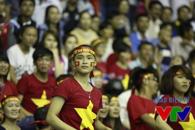 Nhưng chính những CĐV này cũng không khỏi sốt ruột khi tuyển nữ Việt Nam để thua 2 set đầu