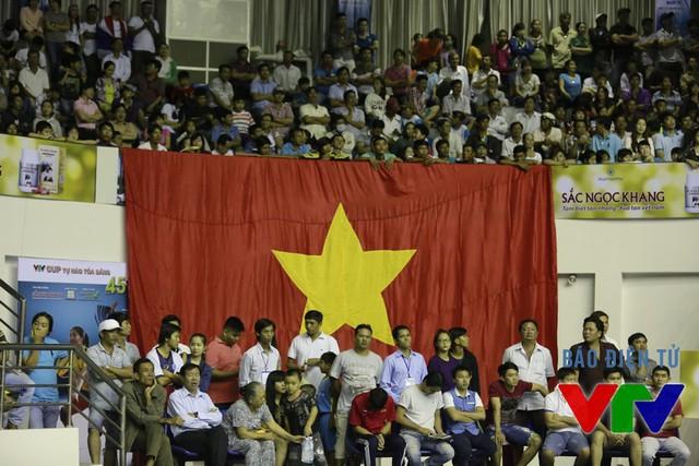 Lá đại kỳ đã không thể tiếp sức cho ĐT Việt Nam lội ngược dòng và chúng ta đành nói lời chia tay chức vô địch VTV Cup 2015 sau 4 set đấu