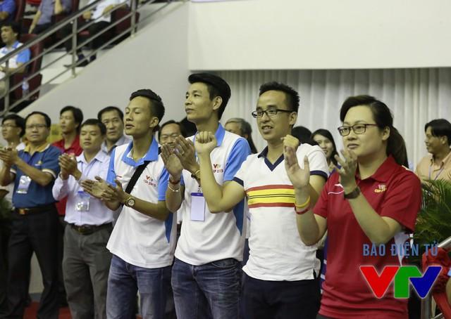 Các BTV của Đài Truyền hình Việt Nam như Tiểu Huyền, Khắc Cường, Nguyễn Nghĩa, Trần Thành cũng xuống sân để cổ vũ cho ĐT Việt Nam