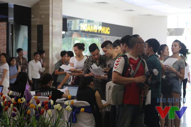 Các thí sinh có mặt tại Trung tâm thương mại The Garden (Mỹ Đình, Hà Nội) từ rất sớm