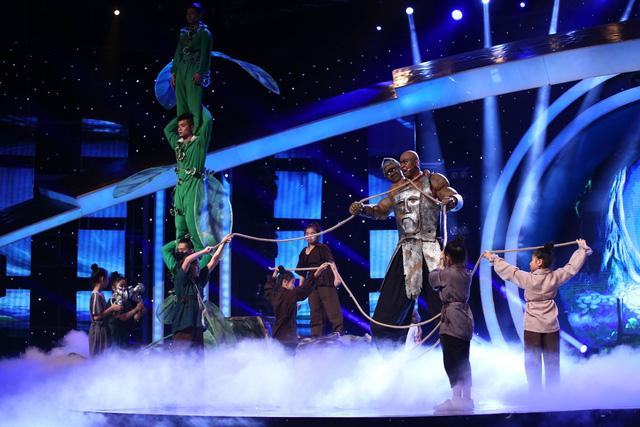 Võ Minh Lâm làm người khổng lồ trong tiết mục nhạc kịch