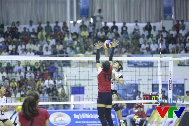 Bên cạnh đó, số 10 của ĐT bóng chuyền nữ Việt Nam còn là một cây chuyền hai xuất sắc. Tại giải lần này, người ta cũng thấy cô tham gia vào khâu chắn bóng hay đập bóng