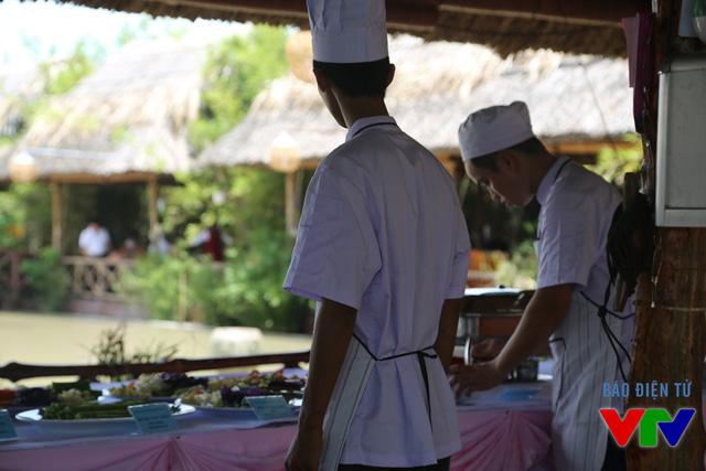 Các món ăn được sắp xếp khoa học với những đặc sản địa phương.