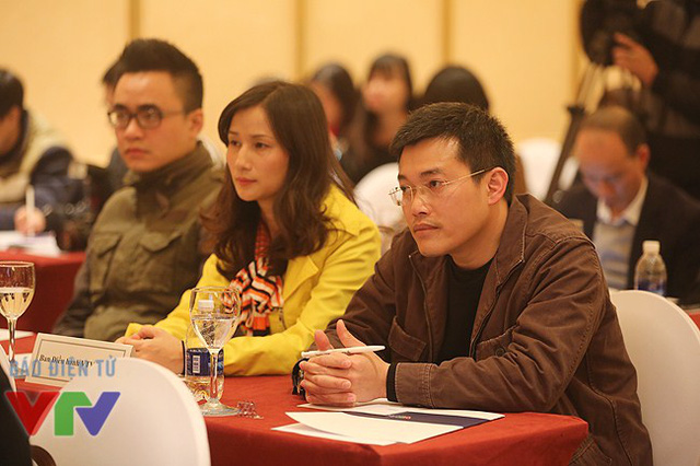 Nhà báo Nguyễn Hoàng Lâm - Trưởng phòng Phim tài liệu khoa học, Ban Khoa giáo - và nhà báo Lê Bình - Giám đốc Trung tâm Tin tức VTV24.