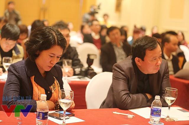 Nhà báo Thu Hà - Trưởng phòng Chào buổi sáng (Ban Thời sự) và nhà báo Đỗ Quốc Khánh.
