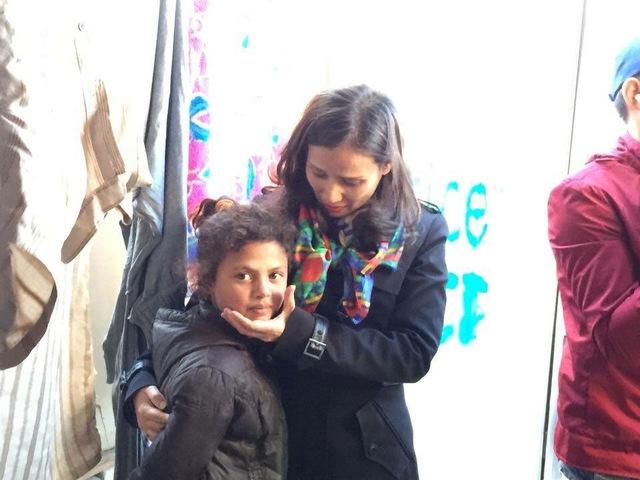Nhà báo Lê Bình và một em nhỏ. Cô chia sẻ cô vẫn không quên được những đôi mắt cô đã thấy tại những trại tị nạn tại biên giới Syria – Liban và Hy Lạp - Maccedonia.