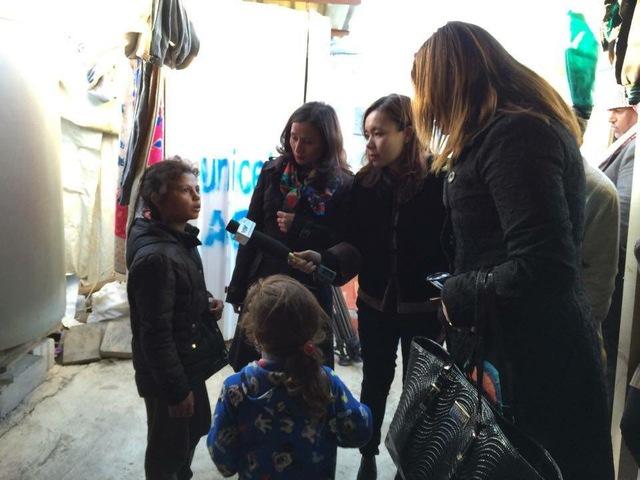 Nhà báo Lê Bình (thứ 2 từ trái sang), BTV Quỳnh Anh (thứ 3 từ trái sang) phỏng vấn một em nhỏ tại trại tị nạn.