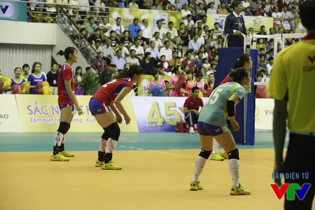 Cầu thủ U23 Thái Lan liên tục giao bóng về phía Xiaochen.
