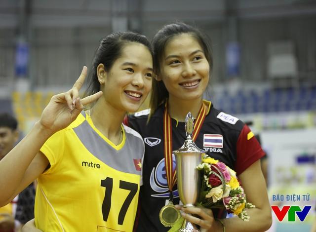 Hai phụ công xinh đẹp Lê Thanh Thúy và Thatdao tại lễ trao giải VTV Cup 2015. Lúc này, không còn chút áp lực nào với họ.