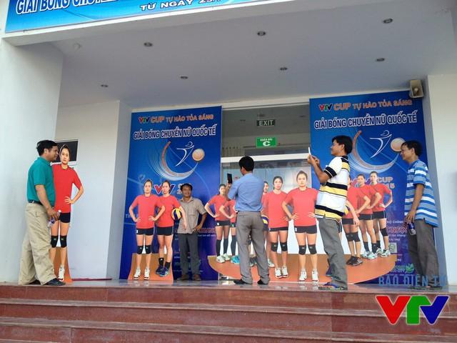 CĐV Bạc Liêu lưu lại khoảnh khắc VTV Cup 2015 với các áp phích ngoài cửa nhà thi đấu.