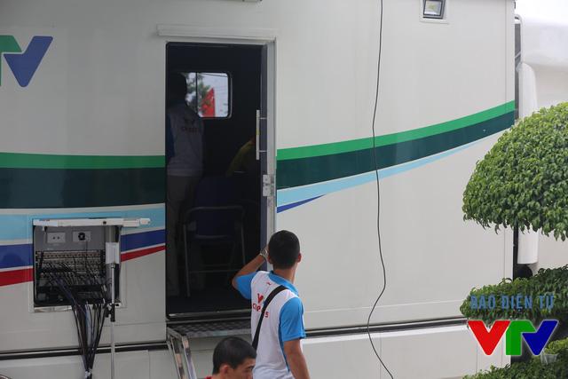 Các kĩ thuật viên trong chiếc xe truyền hình lưu động HD (còn gọi là xe màu HD) này sẽ xử lý tín hiệu âm thanh và hình ảnh của các trạn đấu tại VTV Cup 2015 và phát sóng trực tiếp đến khán giả.