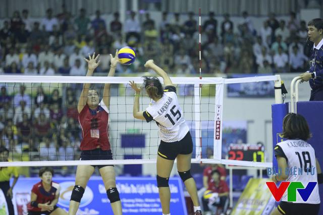 Đỗ Thị Minh (đỏ) đã có nhiều pha chắn bóng thành công trước các tay đập của U23 Thái Lan.