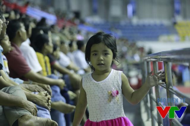 Gương mặt ngây thơ và hồn nhiên trên khán đài nhà thi đấu đa năng tỉnh Bạc Liêu.