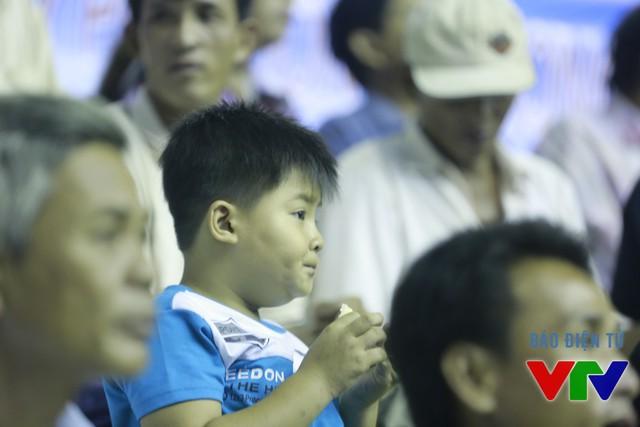 Các cháu nhỏ cũng chăm chú theo dõi các chị chơi bóng.