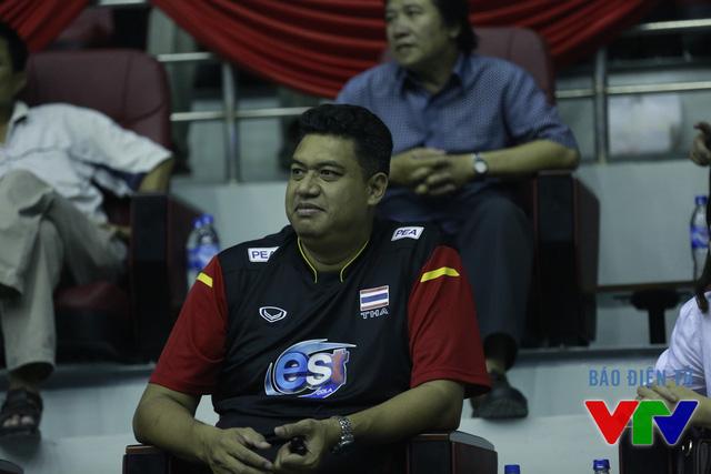 HLV trưởng ĐT bóng chuyền nữ Thái Lan Kiatipong cũng tới dự khán các trận đấu ở VTV Cup 2015.