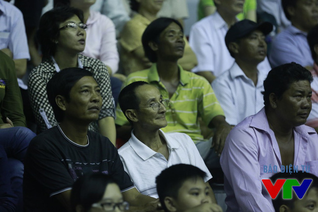Các khán giả lớn tuổi tới nhà thi đấu là khá đông.