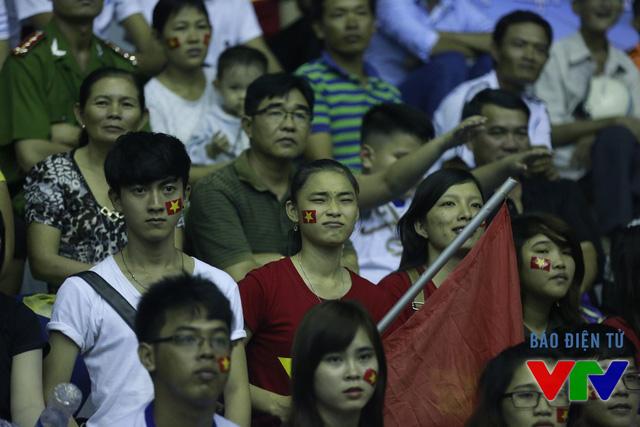 Nhóm CĐV cổ vũ nhiệt thành cho ĐT bóng chuyền nữ Việt Nam.