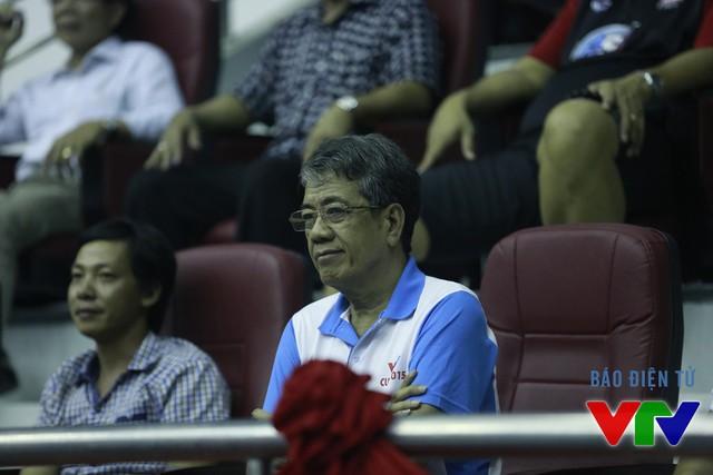 Nhà báo Nguyễn Lưu cũng theo dõi các trận đấu tại giải trước khi lên cabin bình luận sau trận.