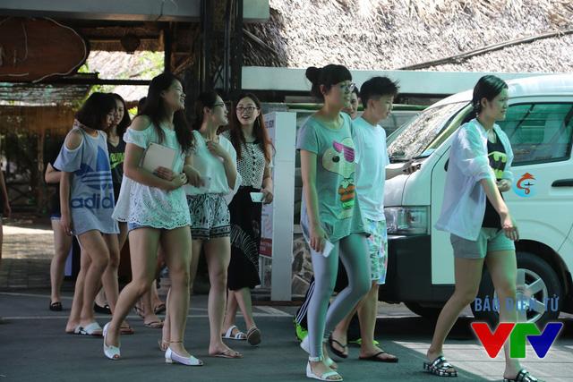 Ngoài sân, Ren Wenqian khá nữ tính và có vẻ như có nhiều fan. Trên tay cô nàng luôn cầm chiếc smartphone màu trắng.