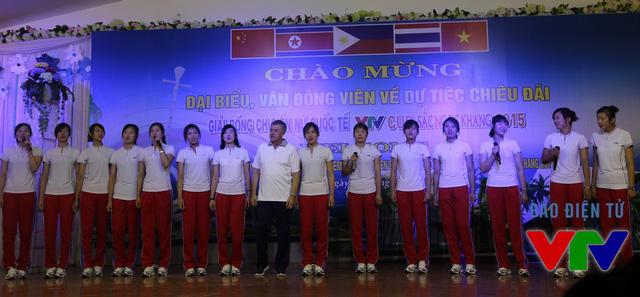 Trong gala trước thêm VTV Cup 2015, Jong Jin Sim tự tin thể hiện bài hát Như có Bác Hồ trong ngày vui đại thắng bằng tiếng Việt khá sõi.