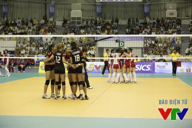 Các cô gái trẻ Thái Lan (đen) đã thi đấu kiên cường nhưng ĐT bóng chuyền nữ Triều Tiên mới là đội giành chiến thắng.